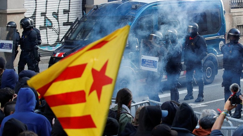 Clashes Erupt as Spanish Cabinet Holds Meeting in Catalonia